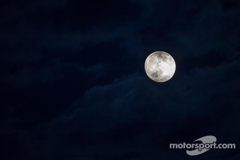 Miércoles de luna llena en Le Mans, junto con algunas banderas rojas.