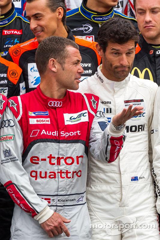 Tom Kristensen falando com Mark Webber na foto dos pilotos