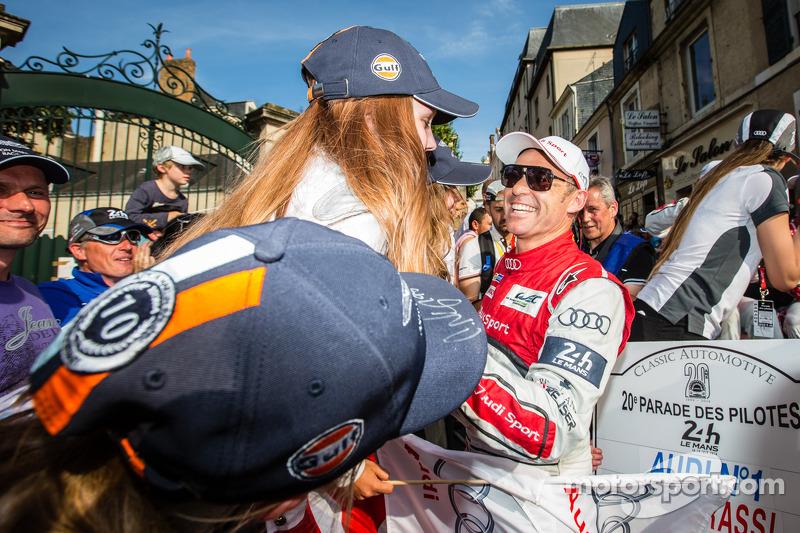 Tom Kristensen con giovani fan