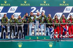 LM GTE Am领奖台:冠军克里斯蒂安·鲍尔森,大卫·海因纳迈尔·汉森,尼基·蒂姆,亚军克里斯蒂安·里德,克劳斯·巴彻勒,哈立德·阿尔·库拜西,季军路易斯·佩雷兹-康庞,马可·乔奇,米科·文图里