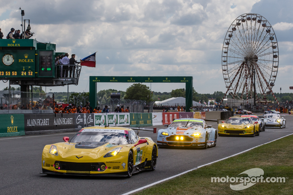Fernando Alonso gives the start: #73 Corvette Racing Chevrolet Corvette C7: Jan Magnussen, Antonio Garcia, Jordan Taylor