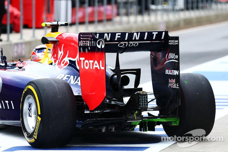 Daniel Ricciardo, Red Bull Racing RB10 ve arka difüzörde akışı gösteren boya