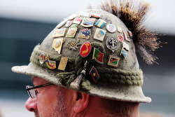 Fã com emblemas no chapéu
