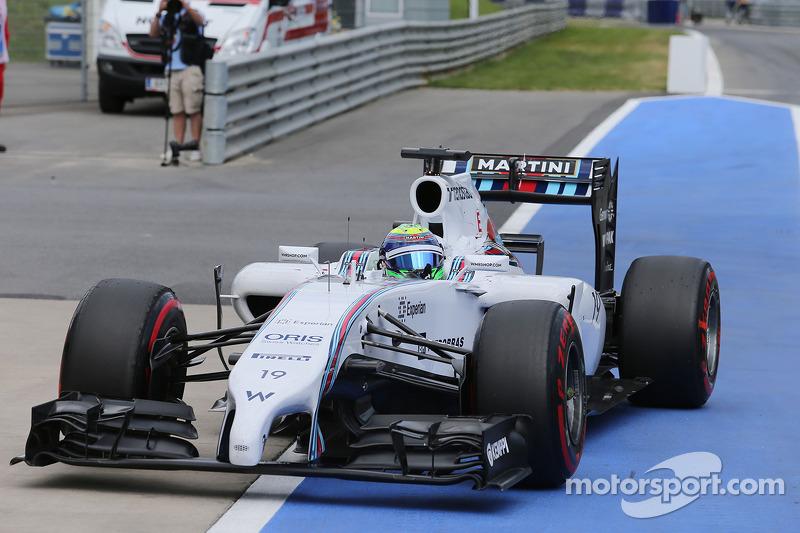 Felipe Massa, Williams FW36 pole pozisyonunu kapalı parkta kutluyor