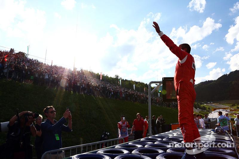 Gerhard Berger con la sua Ferrari F1 / 87, saluta i tifosi