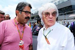 (Da sinistra a destra): Muhammed Al Khalifa, Presidente del Cricuito del Bahrain Circuit sulla griglia di partenza con Bernie Ecclestone (GBR)