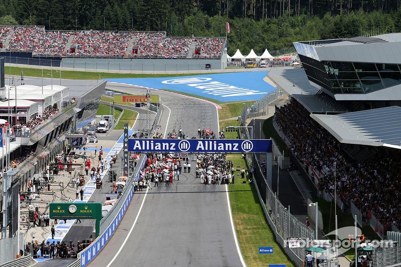 La griglia prima della partenza della gara e Romain Grosjean, Lotus F1 E22 parte dalla pit lane