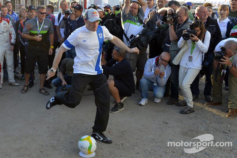 Jari-Matti Latvala gioca a calcio