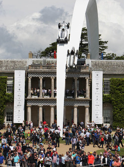 Mercedes Benz in mostra sopra Goodwood House