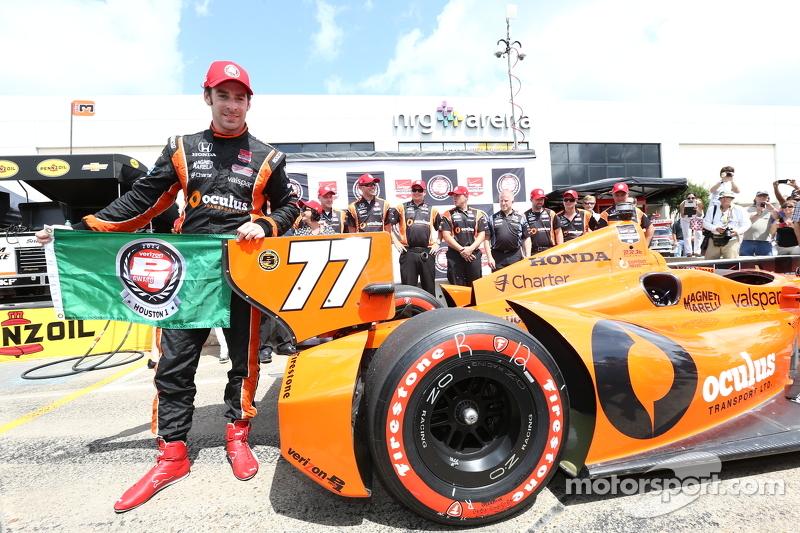 Simon Pagenaud festeggia la pole per gara 1