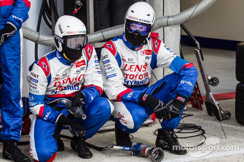 Toyota Racing, i membri del team pronti per un pit-stop