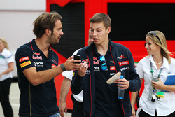(Da sinistra a destra): Jean-Eric Vergne, Scuderia Toro Rosso con il compagno di squadra Daniil Kvyat, Scuderia Toro Rosso