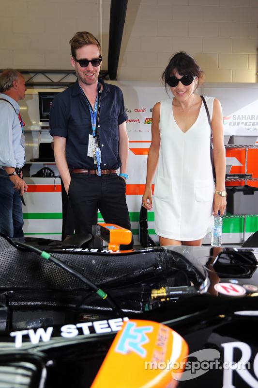 Ricky Wilson, cantor do Kaiser Chiefs, com a Sahara Force India F1 Team