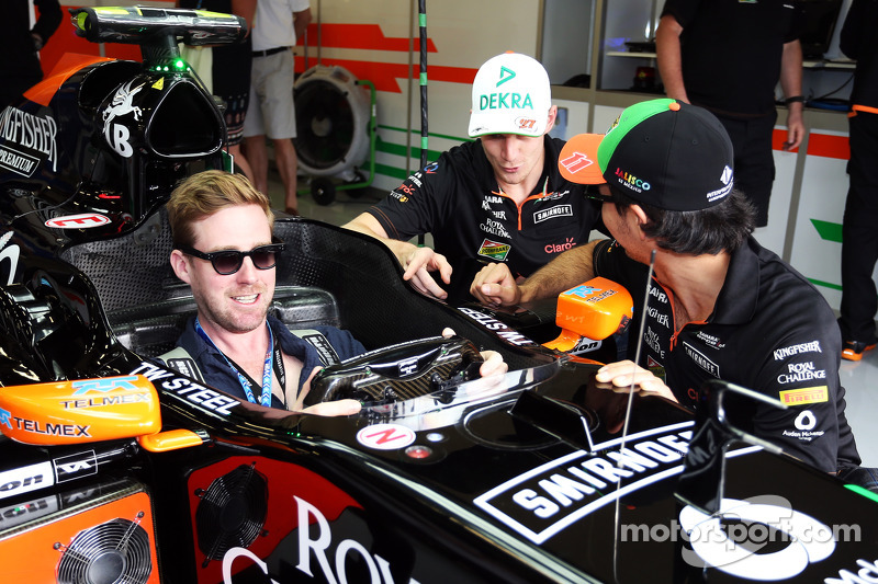 (L to R): Nico Hulkenberg, Sahara Force India F1 and Sergio Perez, Sahara Force India F1 with Ricky Wilson, Kaiser Chiefs Lead Singer, in the Sahara Force India F1 VJM07