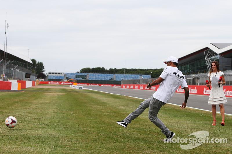 Lewis Hamilton, Mercedes AMG F1 en un tiro penal