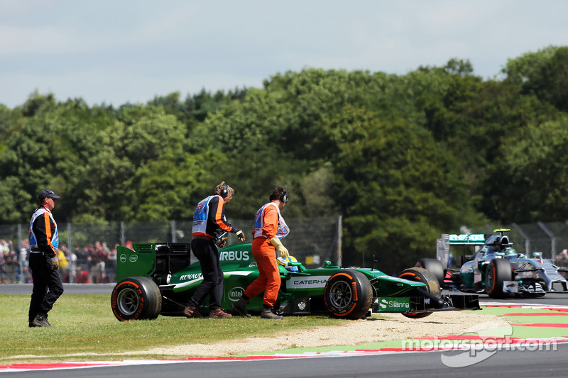 Marcus Ericsson, Caterham CT05 spins and stops during FP1, passed by Nico Rosberg, Mercedes AMG F1 W05