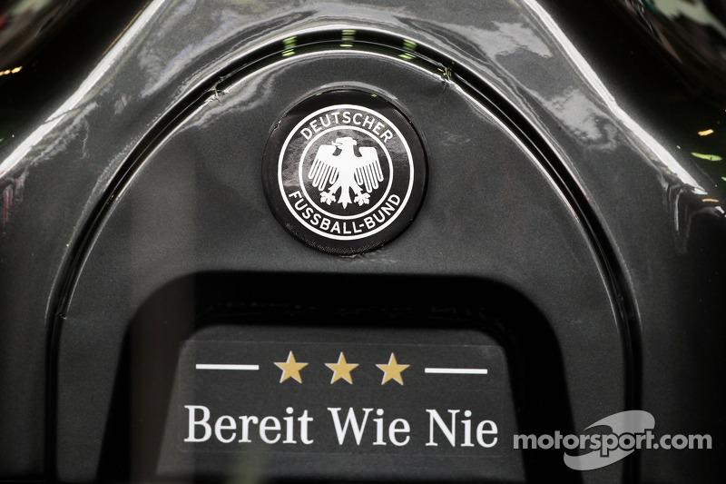 La Mercedes AMG F1 W05 di Nico Rosberg, Mercedes AMG F1 sostiene la squadra di calcio tedesca