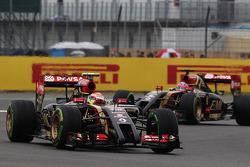 Pastor Maldonado, Lotus F1 E21 davanti al compagno di squadra Romain Grosjean, Lotus F1 E22