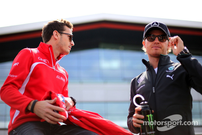 Nico Rosberg, da Mercedes AMG F1 Team, e Jules Bianchi, Marussia F1 Team