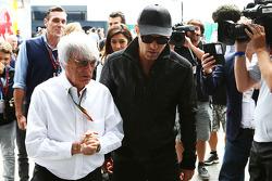 Bernie Ecclestone con Michael Fassbender Actor