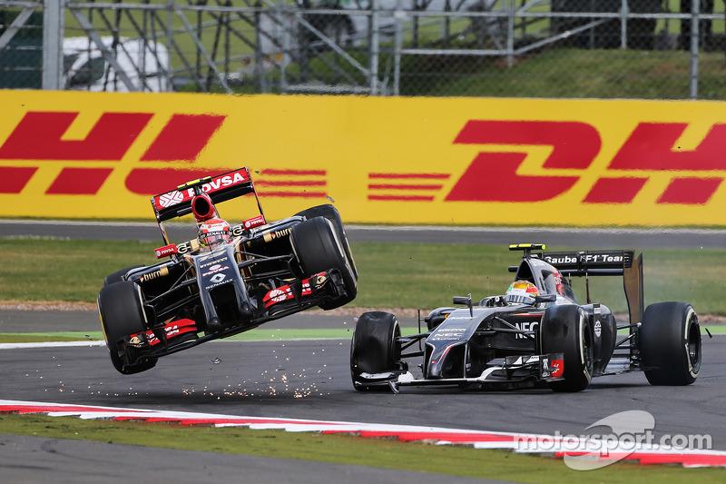 Pastor Maldonado, Lotus F1 E21 es lanzado al aire después de chocar con Esteban Gutiérrez, Sauber C33