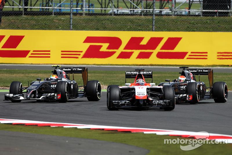 玛鲁西亚F1车队MR03赛车车手朱尔斯·比安奇领先索伯C33车手阿德里安·苏蒂尔和索伯C33车手埃斯塔班·古铁雷斯