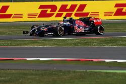 Jean-Eric Vergne, Scuderia Toro Rosso STR9 and Adrian Sutil, Sauber C33 battle for position