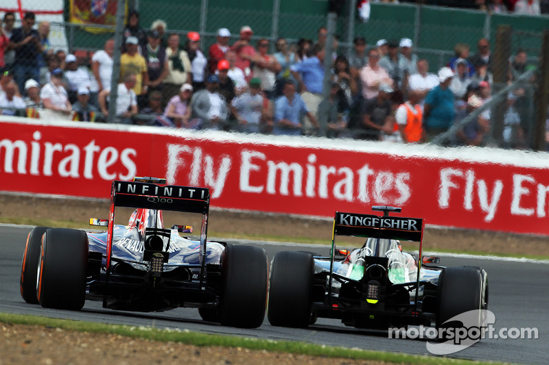 Daniel Ricciardo, Red Bull Racing RB10 ve Nico Hulkenberg, Sahara Force India F1 VJM07 pozisyon için mücadele ediyor
