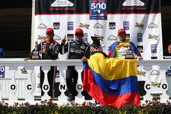 Helio Castroneves y Juan Pablo Montoya, del Penske Racing Chevrolet y Carlos Munoz, del Andretti Aut
