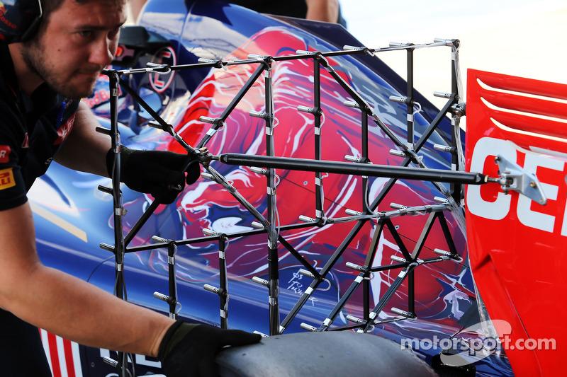 Daniil Kvyat, Scuderia Toro Rosso STR9 sensörlerle birlikte pistte