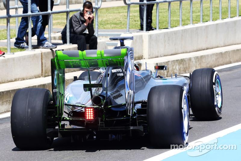 Lewis Hamilton, Mercedes AMG F1 W05 con flujo de pintura en el alerón trasero