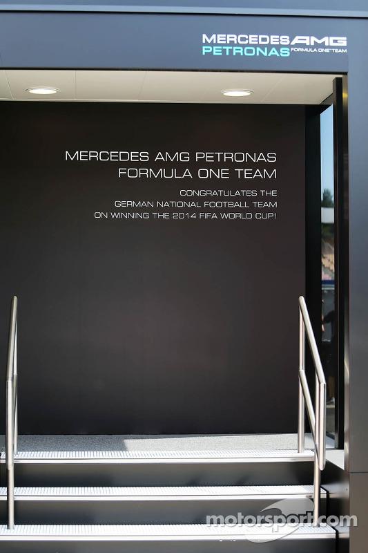Mercedes AMG F1 motorhome celebra sucesso da Alemanha na Copa do Mundo