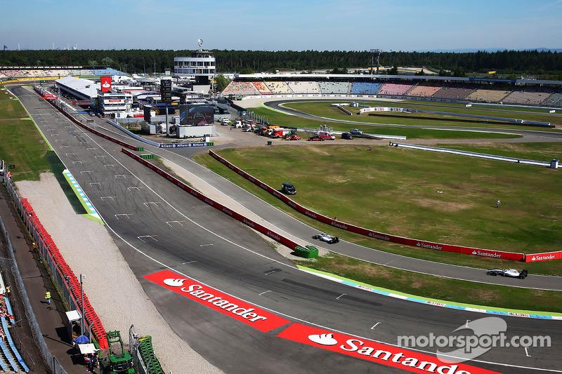 Felipe Massa, Williams FW36 ve takım arkadaşı Susie Wolff, Williams FW36 Geliştirme Pilotu pitte
