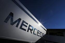 McLaren Mercedes logo en un trailer