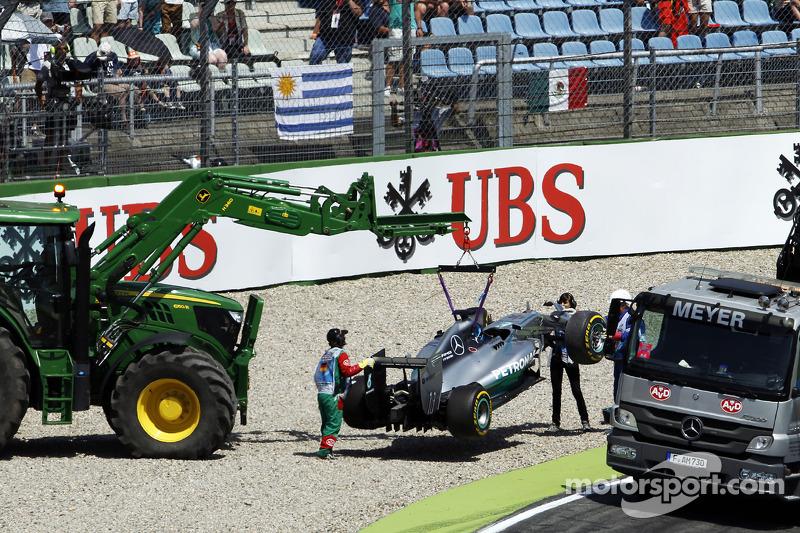 La Mercedes AMG F1 W05 di Lewis Hamilton, Mercedes AMG F1 viene portata di nuovo ai box sul retro di