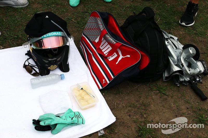 Il kit gara di Nico Rosberg, Mercedes AMG F1 sulla griglia di partenza