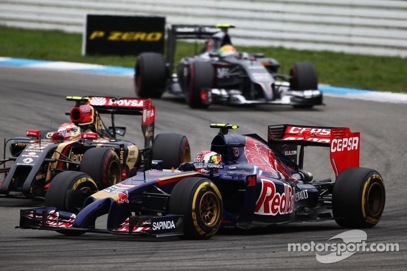 Daniil Kvyat, Scuderia Toro Rosso STR9 ve Pastor Maldonado, Lotus F1 E21 pozisyon için mücadele ediy