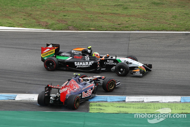 Daniil Kvyat, Scuderia Toro Rosso STR9 and Sergio Perez, Sahara Force India F1 VJM07 make contact whilst battling for position