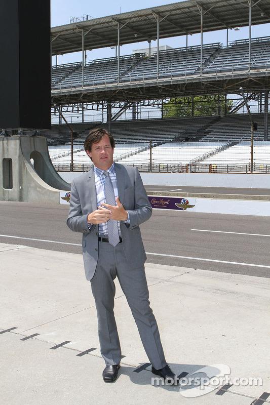 J. Douglass Boles, Presidente, Indianapolis Motor Speedway presenta il nuovo pilone di punteggio