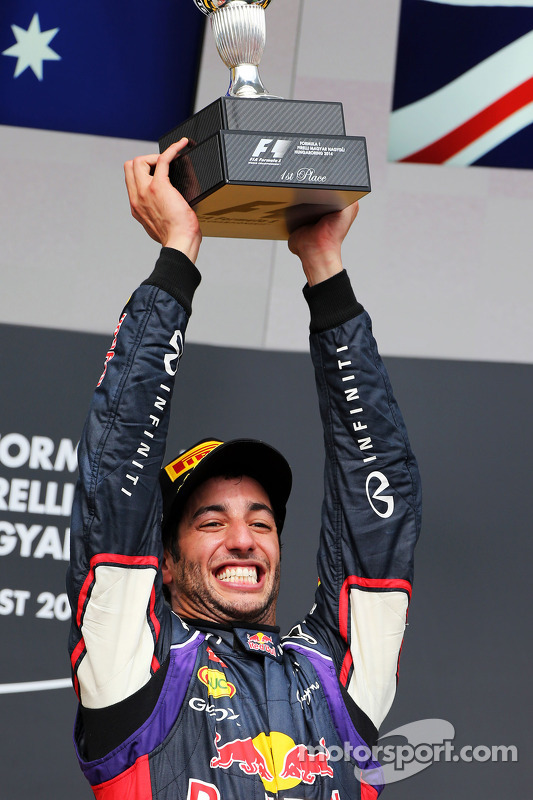 Daniel Ricciardo, Red Bull Racing podyumda kutlama yapıyor