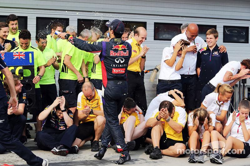 Daniel Ricciardo, Red Bull Racing celebrates with the team
