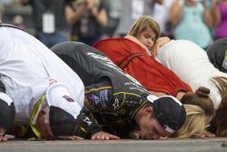 比赛获胜者 Jeff Gordon,亲吻砖场