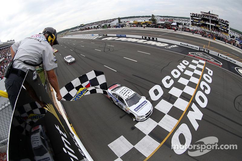 Dale Earnhardt Jr. kazanıyor