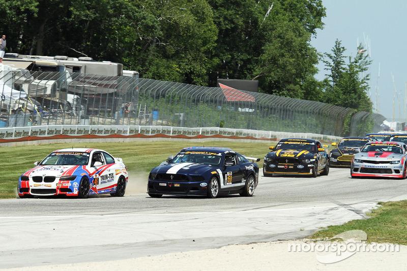 #46 Fall-Line Motorsports 宝马 M3 Coupe: 特伦特·欣德曼, 约翰·爱德华兹 和  #158 Multimatic Motorsports 野马 Boss 302R: 伊恩·詹姆斯, 比利·约翰逊 在第一弯争夺