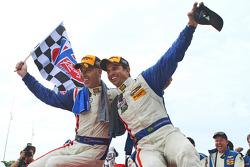 Yarış galibi Joao Barbosa ve Christian Fittipaldi kutlama yapıyor