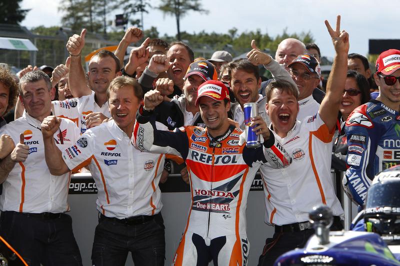 Pedrosa celebra la victoria en Brno 2014 junto a su equipo y Leitner, que ahora en KTM
