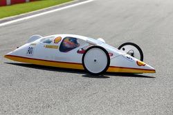 Fernando Alonso, Ferrari, fährt ein Auto des Shell Eco Marathon