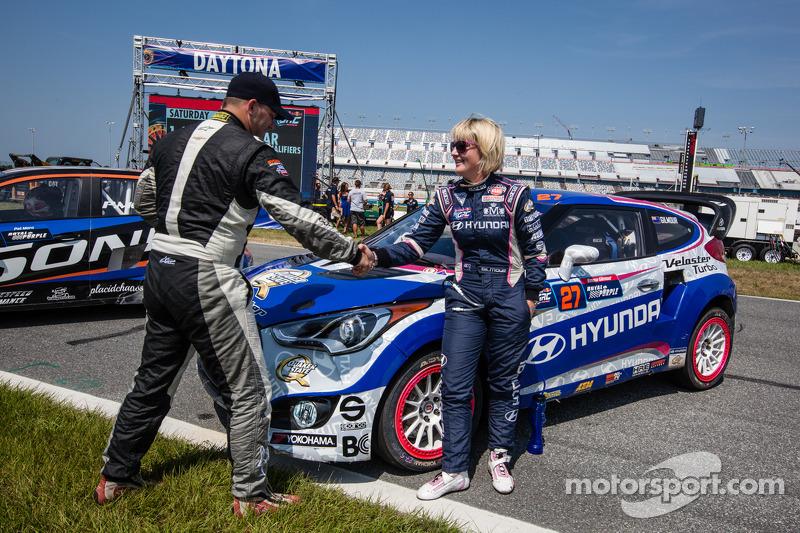 #59 雪佛兰 Sonic Racing / PMR Motorsports 雪佛兰 Sonic: 帕特·莫罗 和 #27 现代 / 里斯·米伦车队 现代飞思: 埃玛·吉尔摩