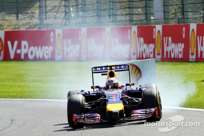 Daniel Ricciardo, Red Bull Racing RB10 frenleme altında lastiklerini kilitliyor