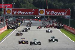 Nico Rosberg, Mercedes AMG F1 W05 conduce durante il giro di formazione mentre i meccanici Ferrari sulla griglia lavorano sulla Ferrari F14-T di Fernando Alonso, Ferrari